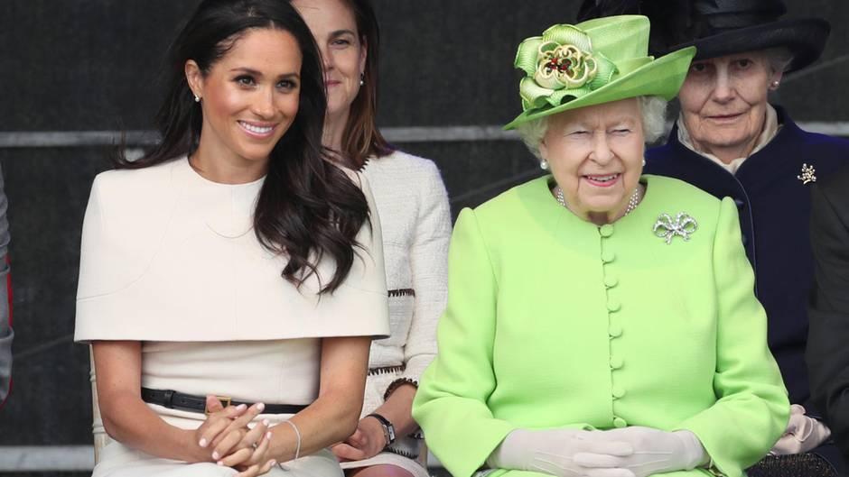 Herzogin Meghan und Queen Elizabethbei der Eröffnung der Mersey Gateway Bridge im britischenCheshire am 14. Juni 2018