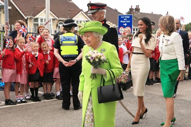 Fans begrüßen Queen Elizabeth und Herzogin Meghan