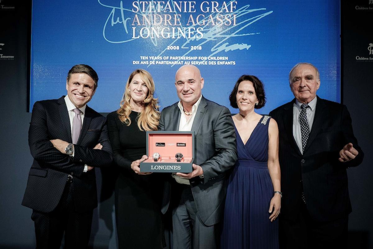 """Für eine Charity-Aktion lancierteLongines das Sondermodell """"Conquest V.H.P. Stefanie Graf & Andre Agassi Foundations"""". Das Promipaar ist erfreut."""