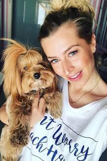 Verena Kerth posiert mit Hündchen Mucki für ihre Instagram-Fans.