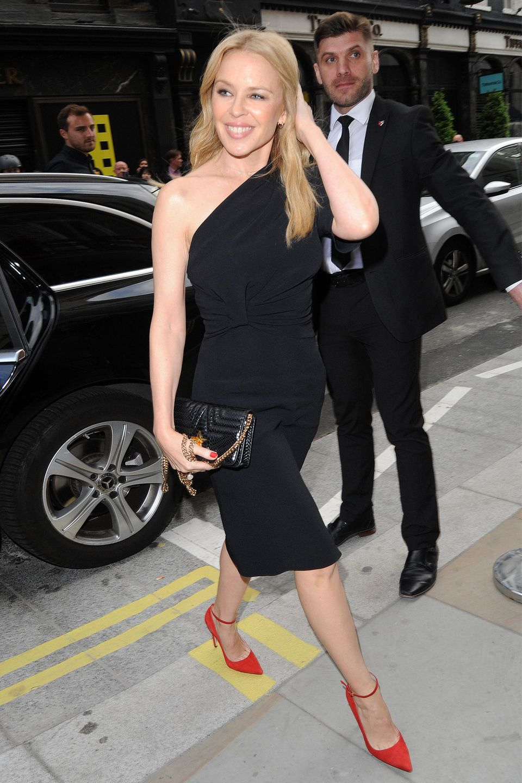 Kylie Minogue gönnt sich mit ihren roten Stilettos einen schicken Farbfleck.