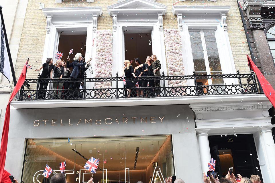 Party auf dem Balkon: Mit Konfetti, Fans und Fahnen feiert Stella McCartneyihre Shoperöffnung mit ihren Freunden über der New Bond Street.