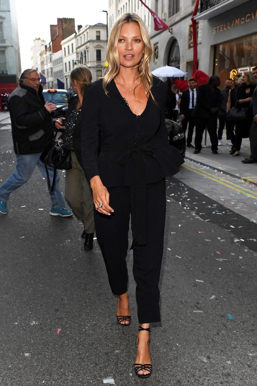 Den Dresscode für die Eröffnung von Stella McCartneys neuem Flagship-Store in der Londoner New Bond Street führt Model-Legende Kate Moss mühelos vor: Schwarz und lässig!