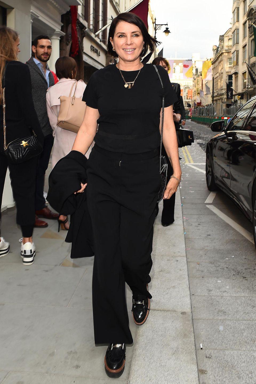 Sadie Frost wählt mit T-Shirt und Hose zu Lackschuhen die androgyne Style-Variante in Schwarz.