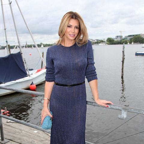 Beim Sommertreff von RTL Nord im Szenerestaurant Portonovo an der Alster zieht Sabia alle Blicke auf sich. In einem körperbetonten Kleid von Zara kommt ihre schlanke Taille besonders gut zur Geltung. Einen zusätzlichen Fokus legt sie mit einem zarten Gürtel von Chanel.