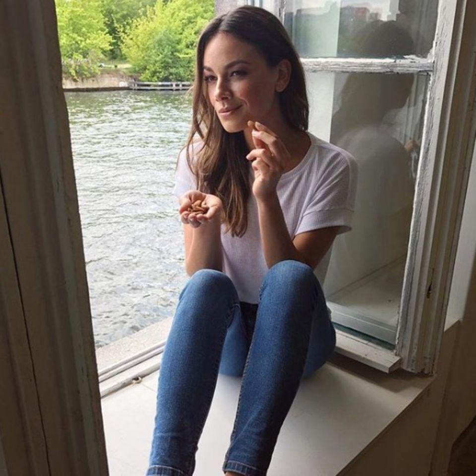 Snacks lieben auch Stars wie Janina Uhse, die gerne einmal Mandeln nascht.