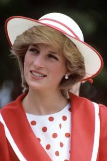 Ausgerechnet während ihres ersten Besuchs in Kanada (jahrelang Meghans Wahlheimat)im Jahr 1983 trägt Prinzessin Diana Ohrringe, die denen von Herzogin Meghan unglaublich ähnlich sehen. Es ist nicht das erste Mal, dass die Frau von Prinz Harry seiner verstorbenen Mutter mit kleinen DetailsihrerOutfits gedenkt. Die Queen, die ihr die Ohrringe schenkte, muss genau diese Bilder im Kopf gehabt haben. Wie rührend!