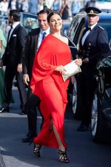 Mit diesem Look überstrahlt Prinzessin Victoria wirklich alle! Die Verleihung desPolar Music Prizes in Stockholm besucht sie im fließenden One-Shoulder-Kleid des schwedischen Labels Stylein. Gekrönt wird dieser Look aber vom goldenen und mit kleinen Nieten besetzten Haarreifen.