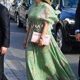 Das sommerliche Kleid aus Seiden-Georgette mit Schmetterlingsmotiven ist im Netz für knapp 3000 Euro zu finden. Und Madeleines längst ausverkaufte Rockstud-Clutch von Valentino war mit ca. 1400 Euro auch nicht gerade ein Schnäppchen.