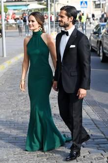 Prinzessin Sofia und Prinz Carl Philip sind wirklich ein Traumpaar! Sie bezaubert beim Polar Music Prize in Stockholm im elegantenNeckholder-Kleidin dunklem Grün, und auch er kann sich im schwarzen Anzug mit Fliege wirklich sehen lassen.
