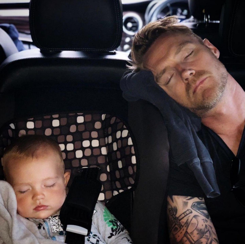 24. Mai 2018  So ein Tag in der Sonne kann ganz schön schlauchen. Völlig erschöpft schlafen Ronan Keating und Söhnchen Cooper im Auto.