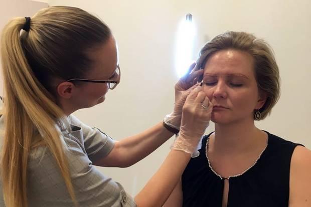 Doreen Koch von der Twinkle BrowBar zeichnet erst die Augenbrauenform