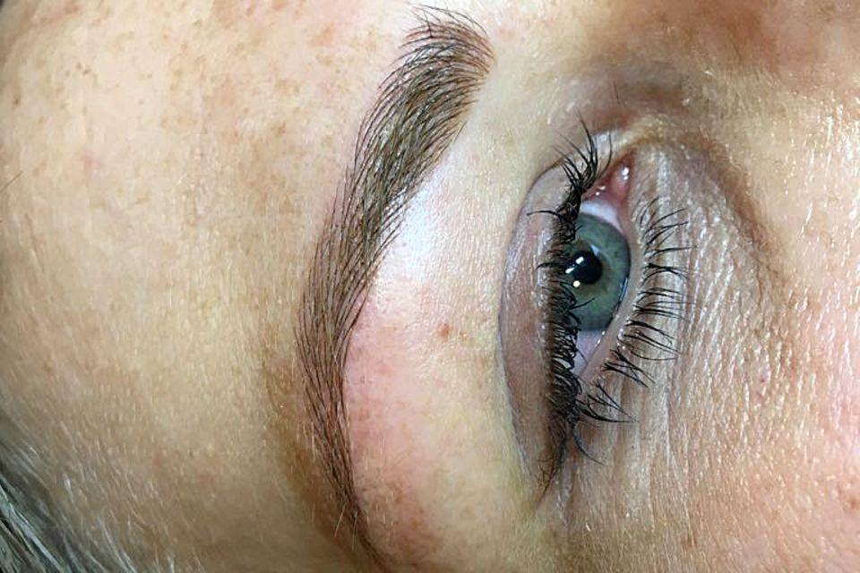 Die fertigen Augenbrauen - noch ist die Haut etwas gerötet