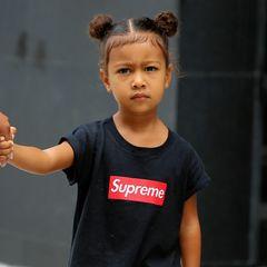 In 2016 kennt man Kim Kardashians kleine Tochter, North West, noch mit niedlichen Zöpfen, die ihre krausen Löckchen zusammenhalten.