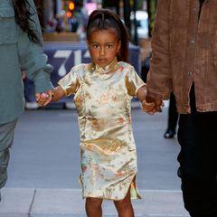 Nur einen Tag später ist North erneut mit ihren Eltern unterwegs. Dieses Mal trägt sie ihr Haar zu einem Zopf und ein asiatisch angehauchtes Seidenkleid. Aber stopp mal, ist die 5-Jährige etwa geschminkt und trägt Rouge?!