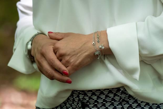 Prinzessin Victoria trägt das Armband in Silber und kombiniert es mit anderen Sternen-Bändchen.