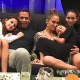 """13. Juni 2018  Gruppenkuscheln: """"Taco Tuesday"""" schreibt Alex Rodriguez zu diesem kuscheligen Familienfoto auf Instagram."""