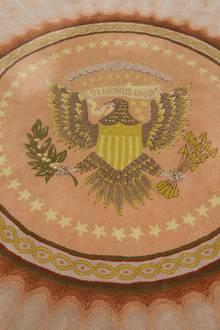 Das Siegel der Vereinigten Staaten ist in einen Teppich gewebt, der vor dem Resolute Desk liegt