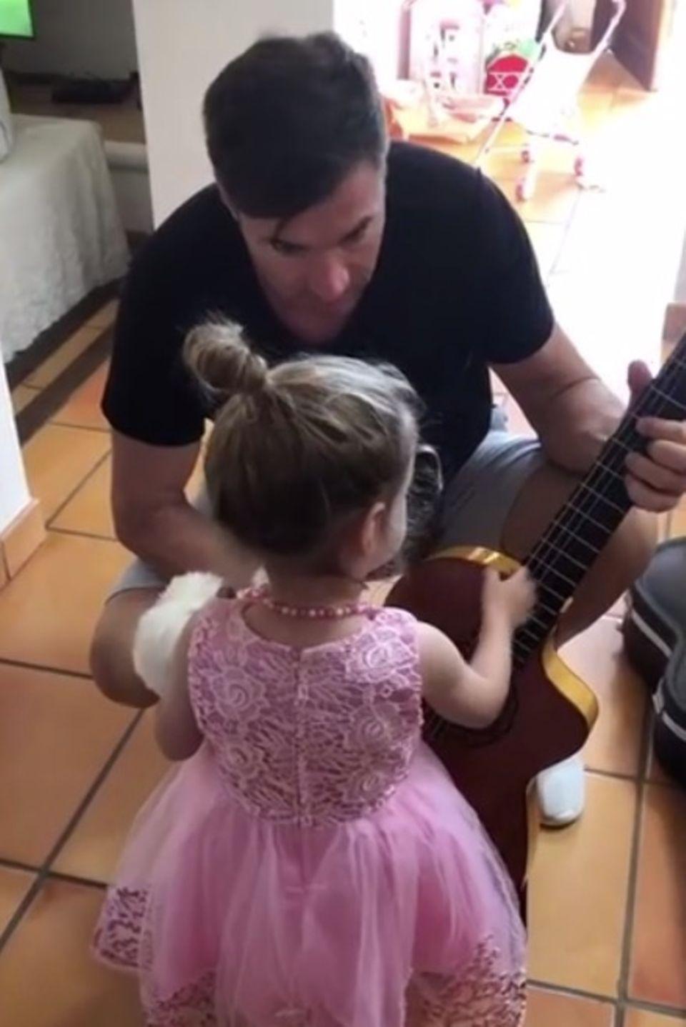 15. Juni 2018  Erster Unterricht: Gemeinsam mit Sophia klimpert Lucas ein wenig auf der Gitarre herum.