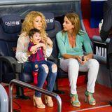 Über Fotos von Shakira im Stadion freuen wir uns immer wieder. Und das nicht nur, weilsie stets ihre süßen Söhne dabei hat (hier Sohnemann Milan). Nein, wir lieben auch ihre lässigen Looks bestehend aus Jeans und weiten Strickoberteilen.