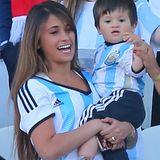 Relativ einfach macht es sich Antonella Roccuzzo. Sie feuert ihren Messi einfach im National-Trikot an.