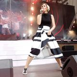 """Bei der """"Schlagernacht des Jahres"""" in Berlin rockt Anna-Maria Zimmermann im Schwarz-Weiß-Look die Bühne. Zum Rock mit groben Blockstreifen kombiniert die Schlagersängerin ein schulterfreies Top. Um sich in diesem Outfit auch bestens bewegen zu können, trägt sie dazu farblich passende Sneaker."""