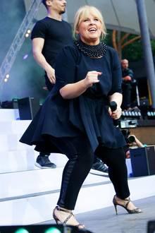 """Respekt: Auch wenn die Absätze von Maite Kellys Glitzer-Pumps nicht ganz so hoch sind, sind wir von ihrer Performance in den Tretern beeindruckt. Sie bringt in einer dunkelblauen Kombination aus Kleid und Leggings die Menge bei der """"Schlagernacht des Jahres"""" zum Toben. Eine dicke Perlenkette peppt ihr Outfit zusätzlich auf."""
