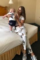 Auch wenn Ludwig während des Spiels im Hotel bleiben muss, drückt der süße Fratz im Trikot seinem Papa Mats Hummels ganz fest die Daumen.