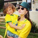 Alessandra Ambrosio und Söhnchen Noah fiebern mit der brasilianischen Fußballmannschaft.