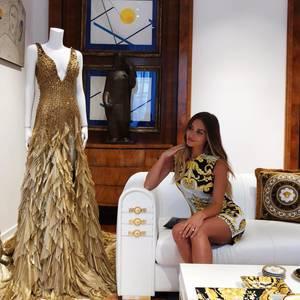 Dieser verliebte Blick von Ann-Kathrin Brömmel gilt nicht ihrem Liebsten Mario Götze, sondern dergoldenen Traumrobe von Versace!Statt eines Fußballstadions besucht das Paar lieber die Fashion Week inMailand und lässt sich einzigartige Kreationen zeigen. Das goldene Versace-Kleid im Bild wurde übrigens schon einmal ausgeführt: Irina Shayk trug es bei derMET Gala 2018.