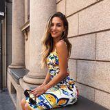 """""""La Dolce Vita""""kommentiert Ann-Kathrin Brömmel den Schnappschuss bei Instagram und lacht fröhlich in die Kamera. Passend zu diesem Motto trägt das Model ein wunderschönes, buntes Kleid – da kommt auch bei uns richtig Urlaubsstimmung auf!"""