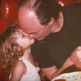 """Für Lily Aldridge muss der Vatertag schmerzhaft sein, schließlich ist ihr Vater, der KünstlerAlan Aldridge, 2017 verstorben. Zu dem Foto aus den guten alten Zeiten schreibt das Model: """"Worte können nicht ausdrücken, wie gesegnet ich mich fühle so einen tollen Vater gehabt zu haben."""""""