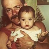 """Vanessa Hudgens gratuliert allen Vätern zum Vatertag. """"Heute vermisse ich Meinen"""", postet sie. Ihr Vater Greg ist bereits im Jahr 2016 verstorben. Das süße Foto aus Kindertagen dürfte zumindest ein kleiner Trost für die Schauspielerin sein."""