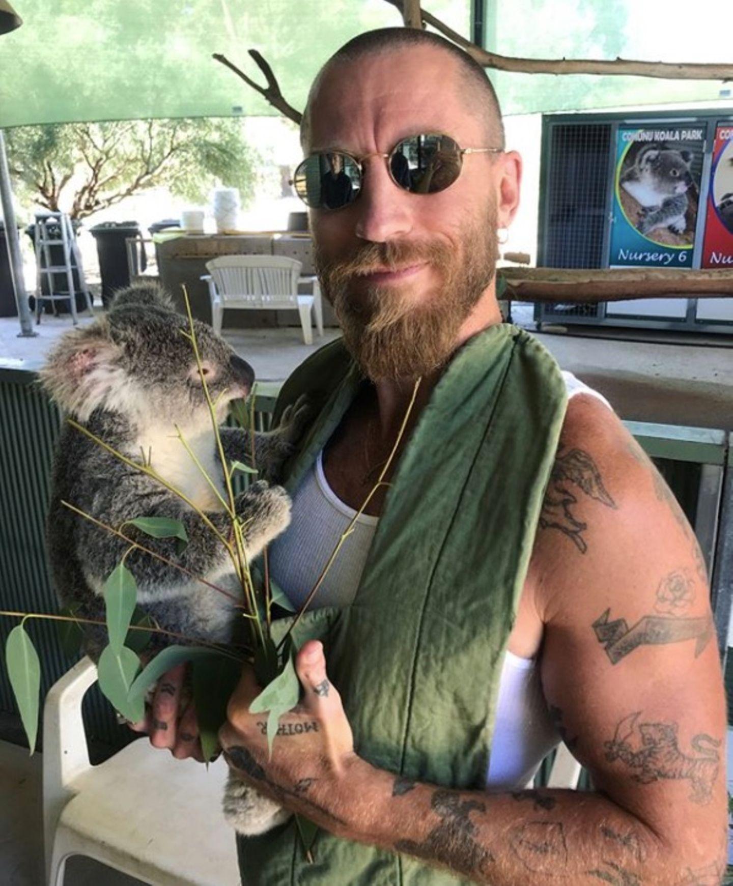 """""""Frohen ersten Vatertag"""", wünscht Fashion-Star Veronika Heilbrunner ihrem Freund Justin O'Shea. """"Nun zahlt sich das ganze Üben aus"""", so Heilbrunner weiter scherzend, an den süßen Koala in Justins Arm anlehnend."""