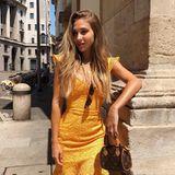 Hello Sunshine! In einem hautengen Dress in sonnigem Gelb schlendert Ann-Kathrin Brömmel durch Mailands Straßen. Mit dabei sind ihreMini-Bag von Louis Vuitton und natürlich Herzblatt Mario Götze. Und der macht nicht nur auf dem Fußballplatz eine tolle Figur, sondern auch als persönlicher Fotograf: Seine Ann-Kathrin setzt Mario nämlich perfekt in Szene.
