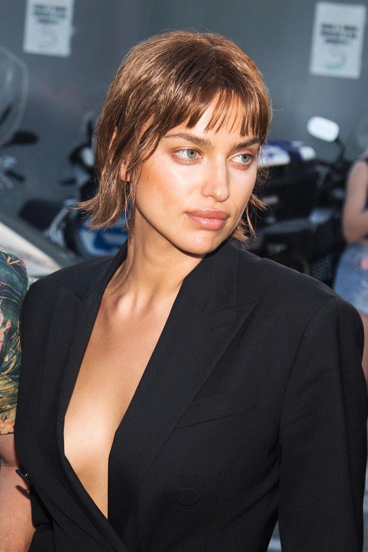 Hätten Sie sie erkannt? Bei einer Fashion-Show in Mailand überraschte Irina Shayk nun mit ganz neuem Look: hellere Haarfarbe und Bob-Schnitt mit kurzem Pony im Wet-Look? Ob das Topmodel sich wirklich von ihrer dunklen Mähne getrennt hat? Vermutlich ist dieser neue Style doch eher einer Perücke zu verdanken.