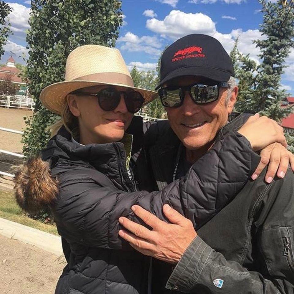 """Schauspielerin Kaley Cuoco findet zum Vatertag warme Worte an ihren Papa Gary Carmine Cuoco: """"Frohen Vatertag an diesen Typen. Erschien bei allen meinen Tennisturnieren, wurde zum Pferde-Show-Dad, verpasste nur eine Aufnahme von """"The Big BangTheory"""". Er ist schon einer!"""""""