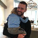 """Das Foto zeigt es deutlich: Sänger Justin Timberlake liebt es, Papa zu sein. """"Frohen Vatertag"""", postet er zu dem Foto."""