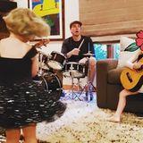 """""""Frohen Vatertag an den Grundstein unserer Familienband"""", postet Kristen Bell liebevoll an Ehemann Dax Shepard."""