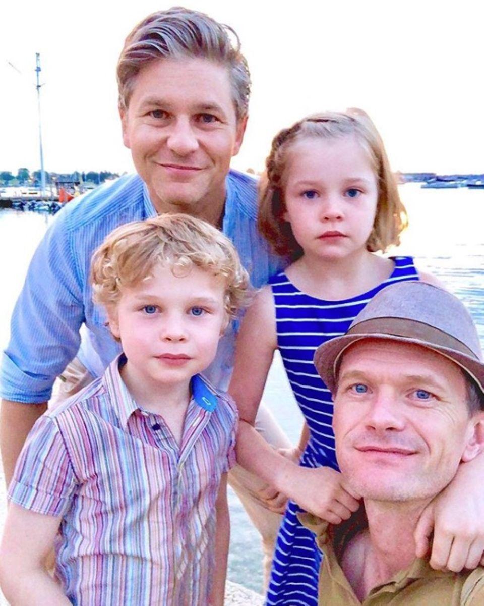 Vatertag im Doppelpack: Comedian Neil Patrick Harris postet ein tolles Familienfoto. Neben ihm (u. r.) sind darauf Ehemann David Burtka und die Kids Gideon und Harper zu sehen.
