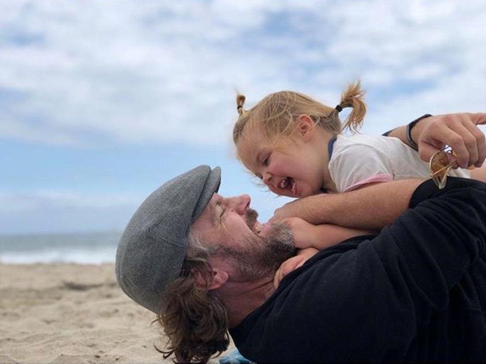 Familienglück pur, festgehalten auf einem Foto: Schauspielerin Olivia Wilde gratuliert ihrem MannJason Sudeikis zum Vatertag.