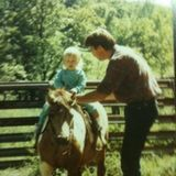 Wie niedlich! Schauspielerin Amber Heard teilt zum Vatertag ein altes Foto aus ihrer Kindheit. Papa David Heard hat darauf wohl alle Hände voll zu tun, seine kleine Amber nicht vom Pony fallen zu lassen.