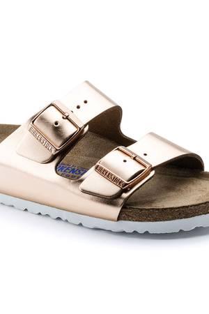 """Die bequemsten Schuhe des Sommers? Ganz klar: Birkenstocks! Die trendigen Pantoletten sind inzwischen zu einem echten Must-Have im Kleiderschrank geworden. Kein Wunder: Sie lassen sich super-easy zu Blümchenkleid, Fransenrock oder Jeans stylen, sind mega bequem und sehen (wie hier in der Farbe """"Metallic Copper"""") auch noch richtig cool aus. Ab 80 Euro."""