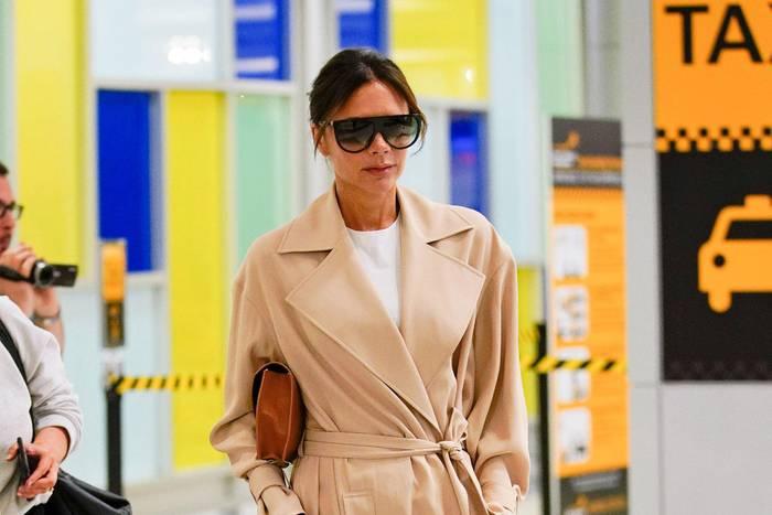 Mit leichtem Sommermantel, weißem Shirt und Karo-Hose ist Victoria Beckham mal wieder ganz stylisch am JFK-Flughafen in New York unterwegs. Der Look zeigt aber auch ihren verrückten Fashion-Tick, nämlich ihre Hosen manchmal so überlang zu tragen, dass ihre High Heels darunter komplett verschwinden.