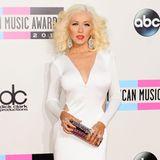 Nurein Jahr später,im November 2013, sorgt dieser Wow-Auftritt für Furore: Bei den American Music Awards präsentiert sich Christina Aguilera wieder schlank in einem hautengen Kleid mit sexy Cut-Outs.