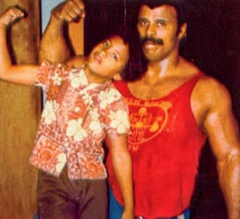 Wie der Vater so der Sohn: Diese Redewendung trifft bei Dwayne Johnson ganz besonders zu. Sein Papa Rocky Johnson war einst, genau wie sein Sohn,Wrestler.