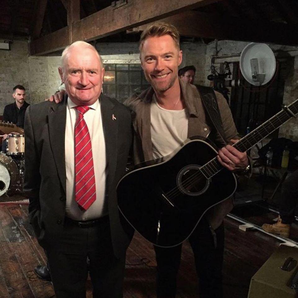 Die beiden Herren haben sich gern: Sänger Ronan Keating teilt ein Foto mit Papa Gerry Keating zum Vatertag.