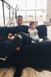 17. Juni 2018  Die stolze Zweifach-Mama Chrissy Teigen postet diesen niedlichen Schnappschuss ihrer kleinen Familie auf Instagram.