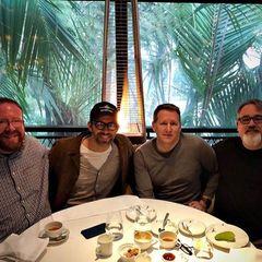 """Hollywoodstar Ryan Reynolds zeigt sich mit seinen drei Brüdern zum Vatertag. Alle vier sind Väter, was Reynolds zu einem lustigen Seitenhieb verleitet: """"Sieht aus, als hätten wir es alle geschafft. Wer hätte gedacht, dass vier beschädigte Kondome zu so viel Liebe führen würden."""""""