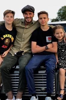"""Victoria Beckham teilt ein inniges Familienfoto zum Vatertag. """"Ich glaube, sie lieben ihn"""", schreibt sie scherzend dazu."""